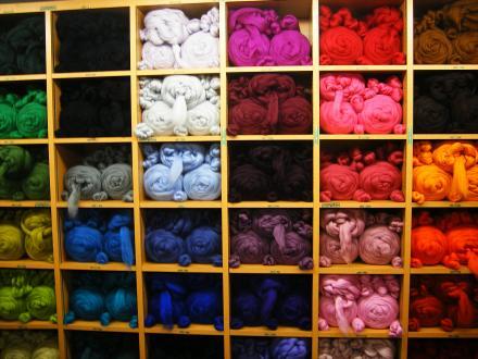 染色羊毛の棚