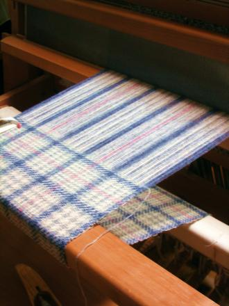 白とグレーのグレンチェックマフラー織り途中