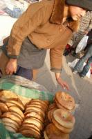 シャブ・バザールにてナン(パン)を売る少年