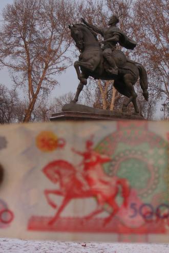 お札とティムール像