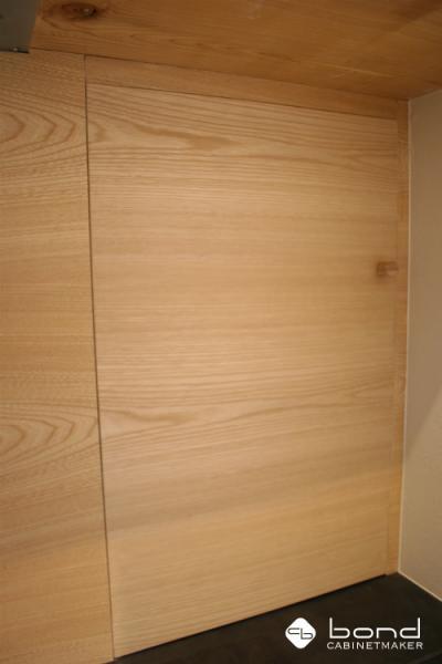 """栓の突板を使った飲食店のフラッシュ戸、木目を揃えています"""""""