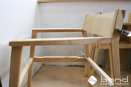 桜椅子 国産材の桜を使用したダイニングチェア 肘掛がついている椅子