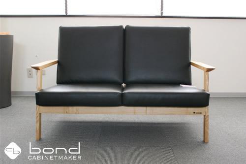 福山市での個展 キャビネットメーカーボンドの『家具づくりを通してボクたちが伝えなければならないこと』展の個展会場 2人掛けソファ タモのフレームとレザーのソファ