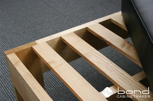 福山市での個展 キャビネットメーカーボンドの『家具づくりを通してボクたちが伝えなければならないこと』展の個展会場  タモのフレームとレザーのフラットソファ  0816