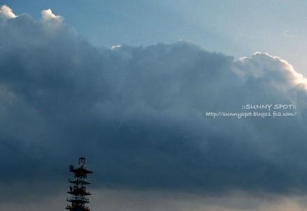 暗雲の先に光り