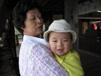 おばあちゃんに抱っこされて