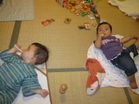 赤ちゃんせんべいを食べるH君とY