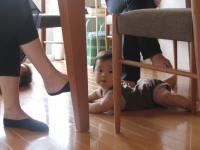 机の下のY