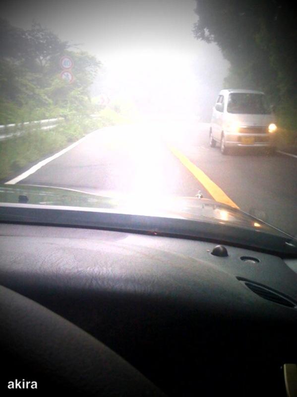 行き交う車はライトを付けている。