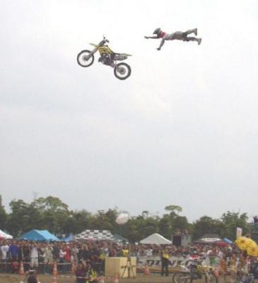 空飛ぶバイカー