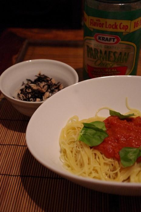 トマトソースとバジルパスタ