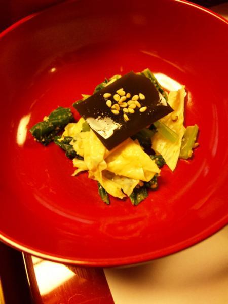 湯葉と小松菜の胡麻和えかな?