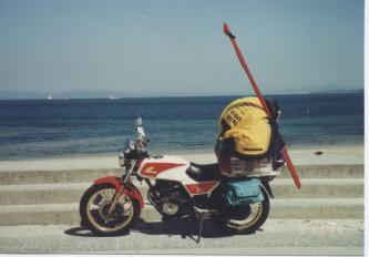 荷物をどっちゃりと積んだバイク