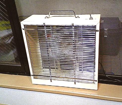 窓際の扇風機
