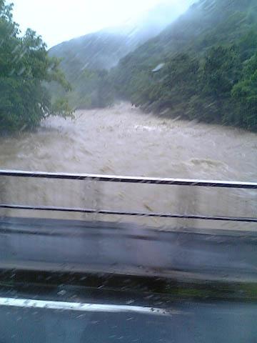 氾濫直前の川