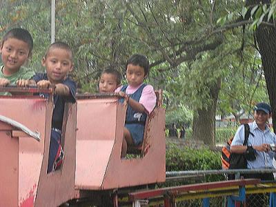 動物園で汽車に乗る2