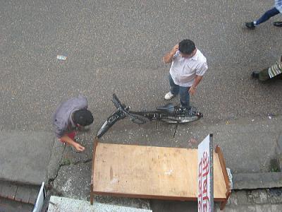 自転車でベットを運ぶ??