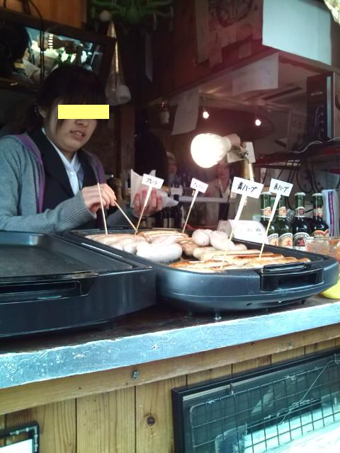 鎌倉ソーセージ目の前で焼いてます