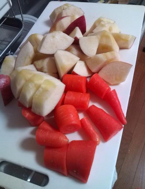 ニンジンとリンゴジュースを作ります
