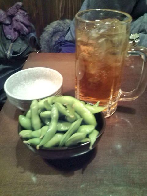 お通しの枝豆とウーロンハイ