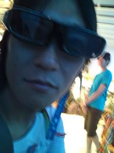 3Dメガネをかける