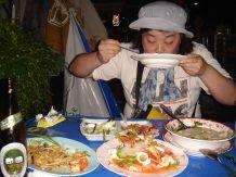 タイの人はお皿やお椀は持って食べません