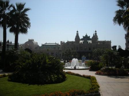 モナコ モンテカルロ カジノです。世界の金持ちが集まる社交場。