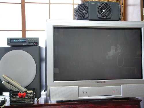 三菱28インチワイドテレビとNIRO REFERENCE