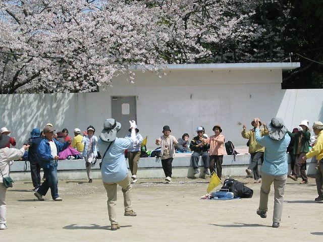 中間市垣生公園の野外ステージ前の踊り