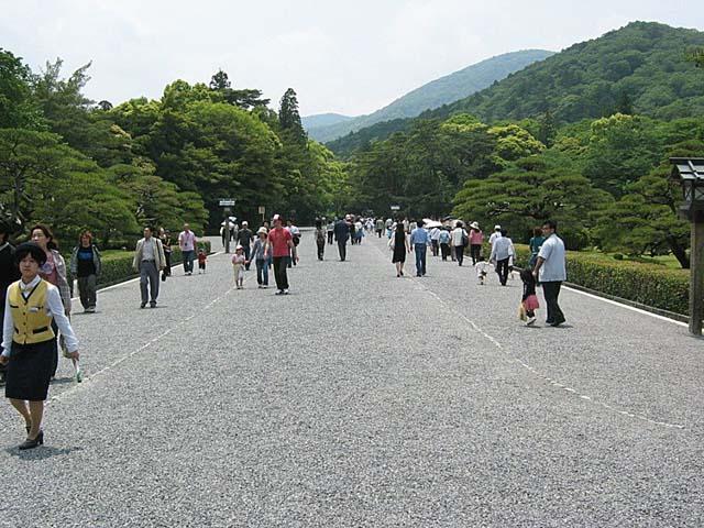 伊勢神宮五十鈴川を渡った直後の参道の光景
