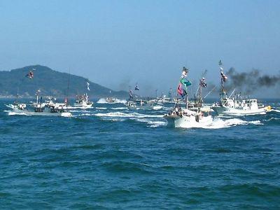 「みあれ祭」海上をパレードする船団