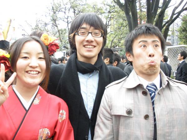 卒業生と小川2