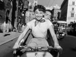 Audrey_Hepburn_and_Gregory_Peck_on_Vespa_in_Roman_Holiday_trailer231.jpg