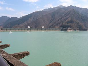 翡翠色の湖面