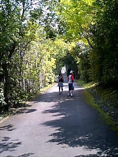 お墓への道♪