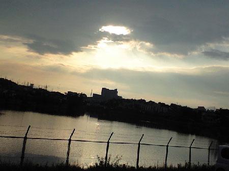 雲の穴から太陽が覗いています