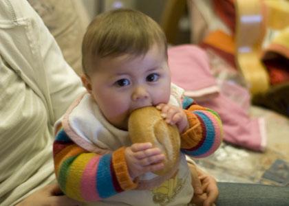 Julie isst Broetchen