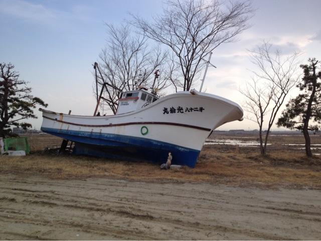 流れ着いた漁船。