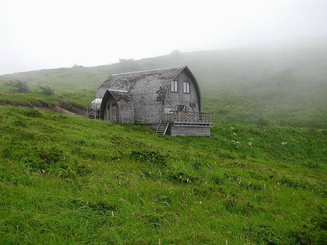 霧の山小屋