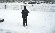 父さんのだっこで雪上へ