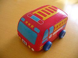 チョコ入りのバスのおもちゃ
