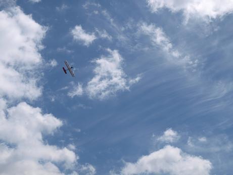111 青空に飛ぶ