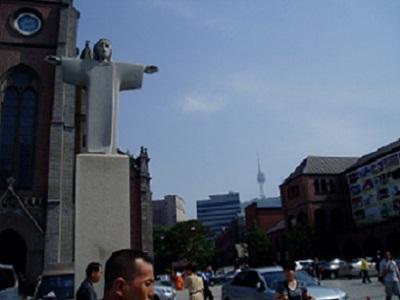 *聖堂前から見えるソウルタワー*