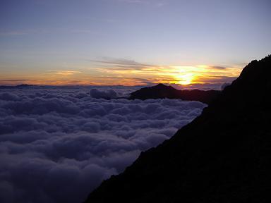 笠と夕焼けと雲海