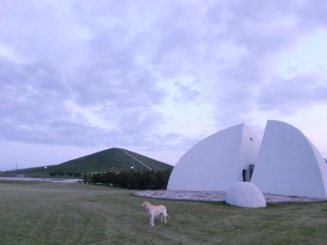 この半球形の建物は、前面が直径約15mのステージになっており、コンサートや舞踊などのパフォーマンスの舞台となります。