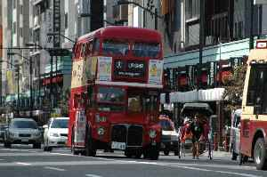 雷門通りを走る英国と日本