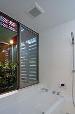 中庭の見える浴室