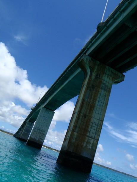 池間大橋を下から