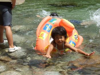 地元の子供たちがいく川で水遊び♪