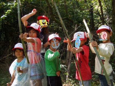 キャンプで作った弓矢!真剣です。。。